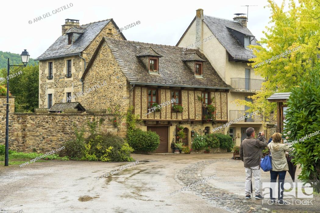Imagen: Sainte-Eulalie-d'Olt South of France, Aveyron Occitania on September 24, 2020 nice view of the antique medieval stone buildings at The banks of Lot river.