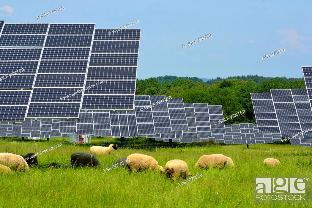 Imagen: Solarpark Mengeringhausen with static Modules and Modules, that follow the Azimuth of the Sun. They produce electricity in any position and angle.