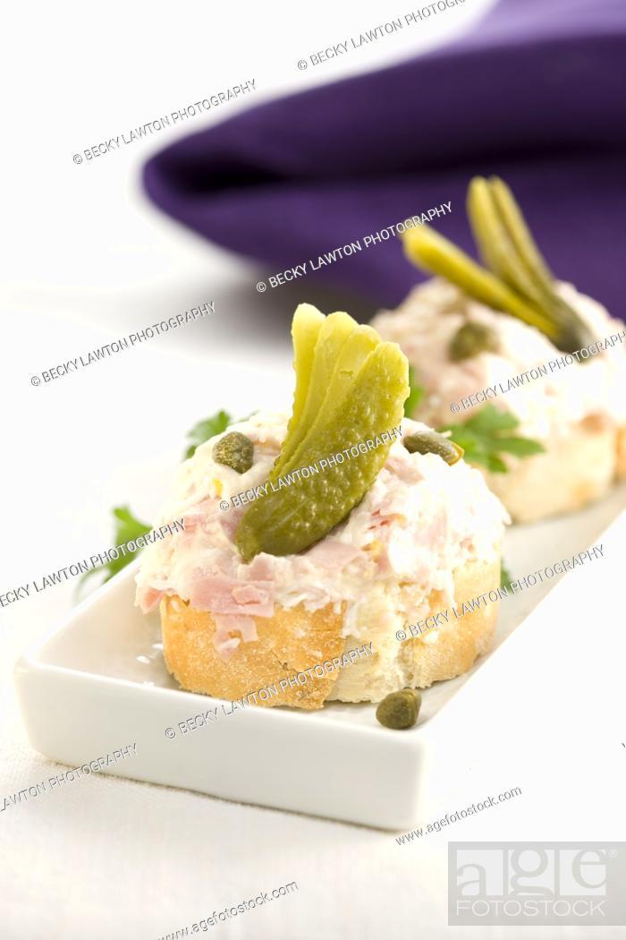 Imagen: Montadito de jamón de york, huevo cocido, pepinillos, alcaparras y mayonesa / Montadito of York ham, boiled egg, gherkins, capers and mayonnaise.