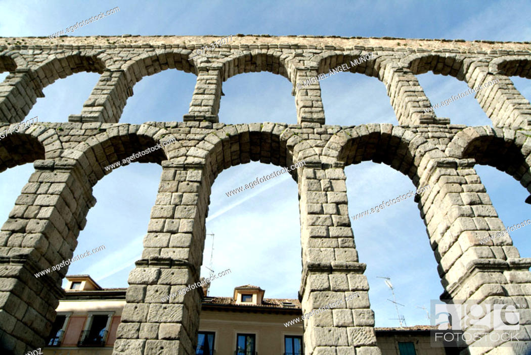 Imagen: Roman aqueduct built aprox. first century A.D., with 166 arcs composed by 20.000 granite blocks from Guadarrama that are held together without any kind of.