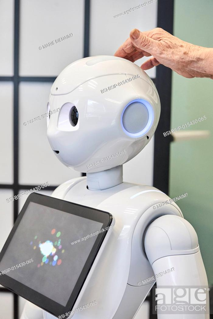Imagen: Reportage in the U1208 Lab at Inserm, which studies cognitive sciences and robot-human communication. The team works with two robots.