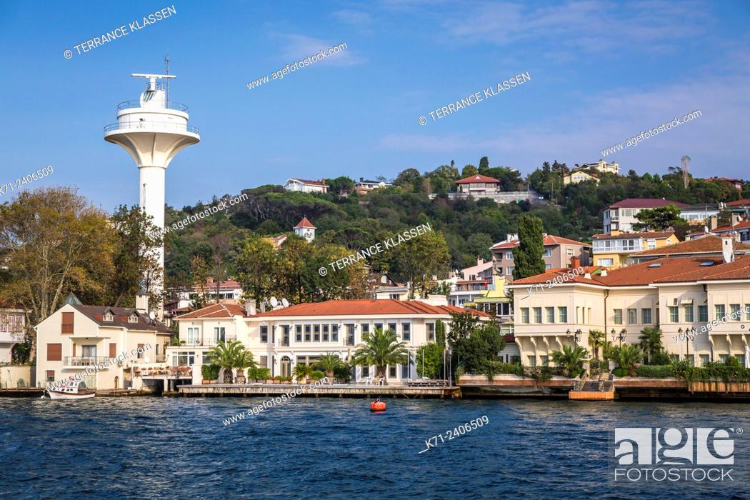 Imagen: A coastal village and settlement on the Bosphorus near Istanbul, Turkey.