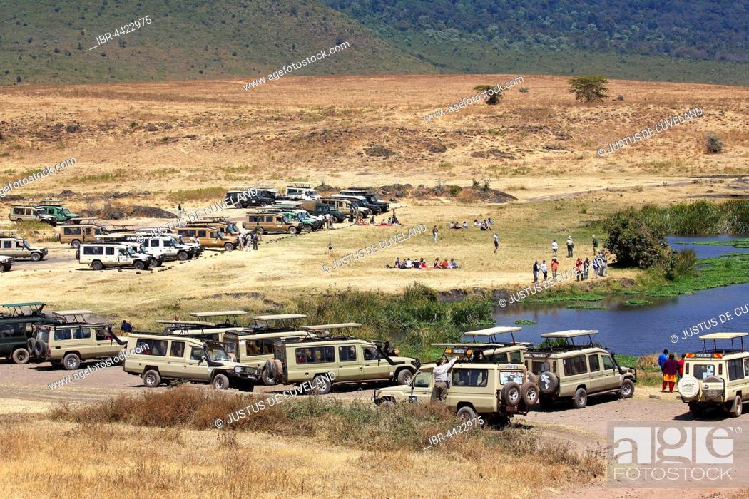 Photo de stock: Tourists on safari, ATVs at rest area, Ngorongoro, Serengeti National Park, Tanzania.