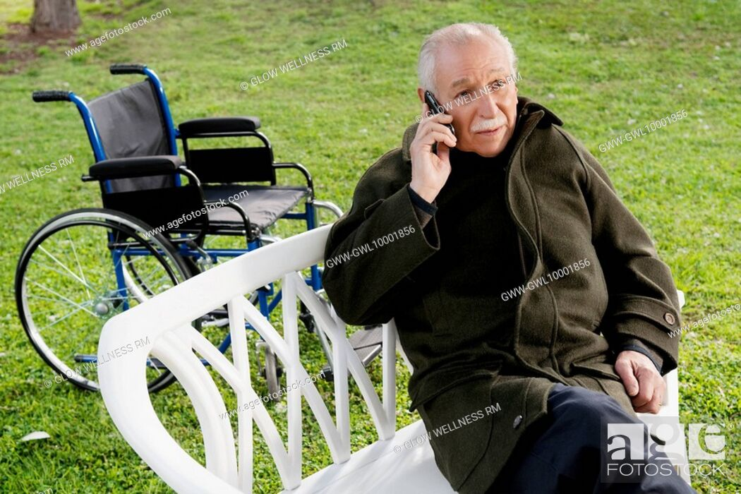 Imagen: Man sitting on a chair and talking on a mobile phone.