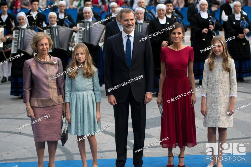 Stock Photo: Oviedo, SPAIN: Queen Sofia (L), Infanta Sofia, King Felipe VI, Queen Leitizia and Princess Leonor (R) pose before photographers before entering the Campoamor.