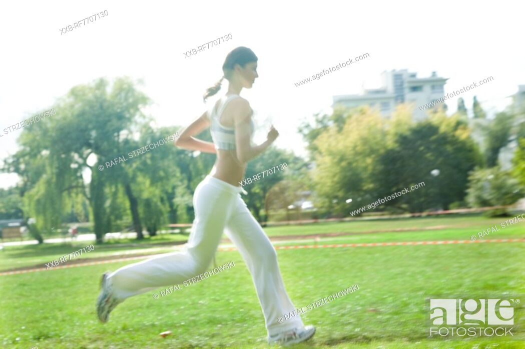 Imagen: Young woman running in park.
