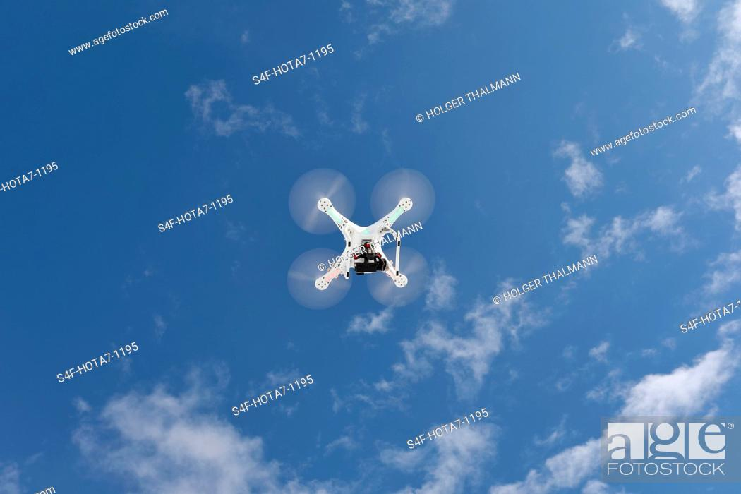 Stock Photo: Drohne fliegt in Himmel mit Wolken.