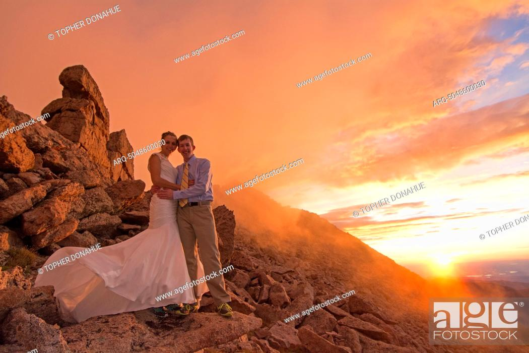 Imagen: A couple shows off their wedding spirit on a 14.000 foot mountain.