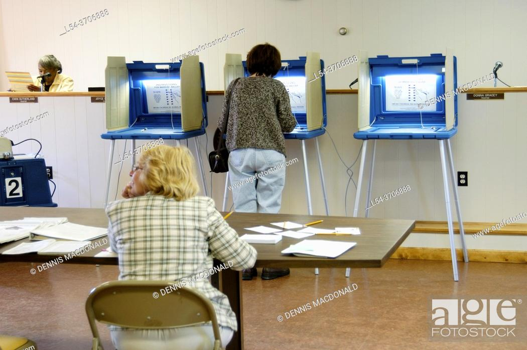 Photo de stock: Voters cast ballots in an election.