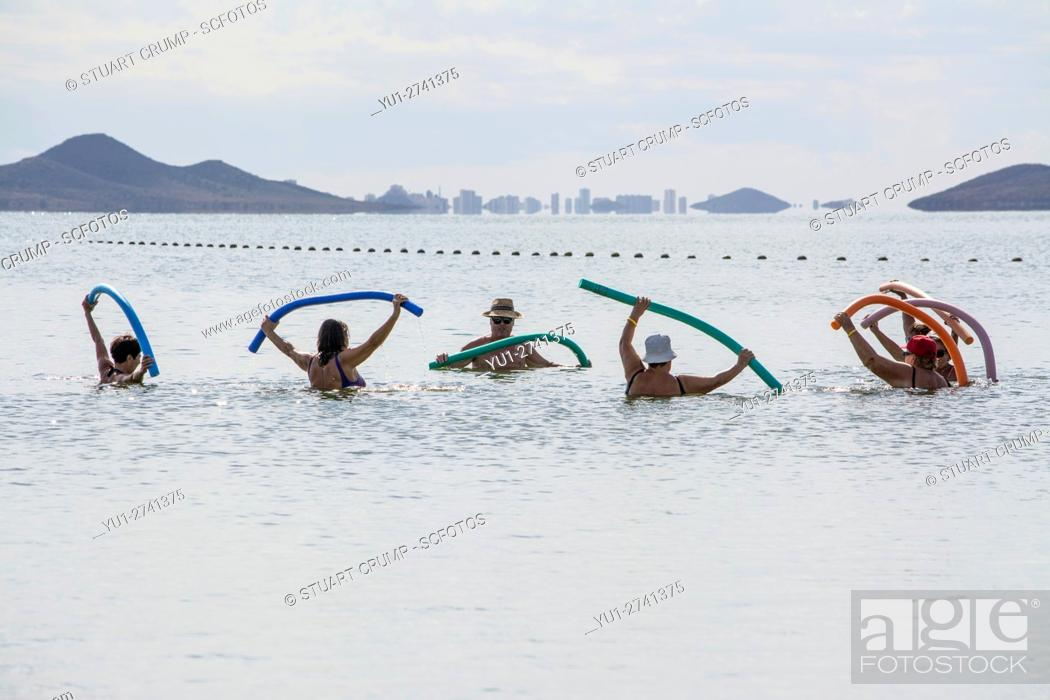 Imagen: Excercising in the Mar Menor at Los Alcazares Beach in the region of Murcia, Costa Calida, Spain.