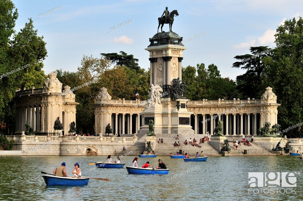 Photo de stock: Alfonso XII Monument  El Retiro Park  Madrid, Spain.