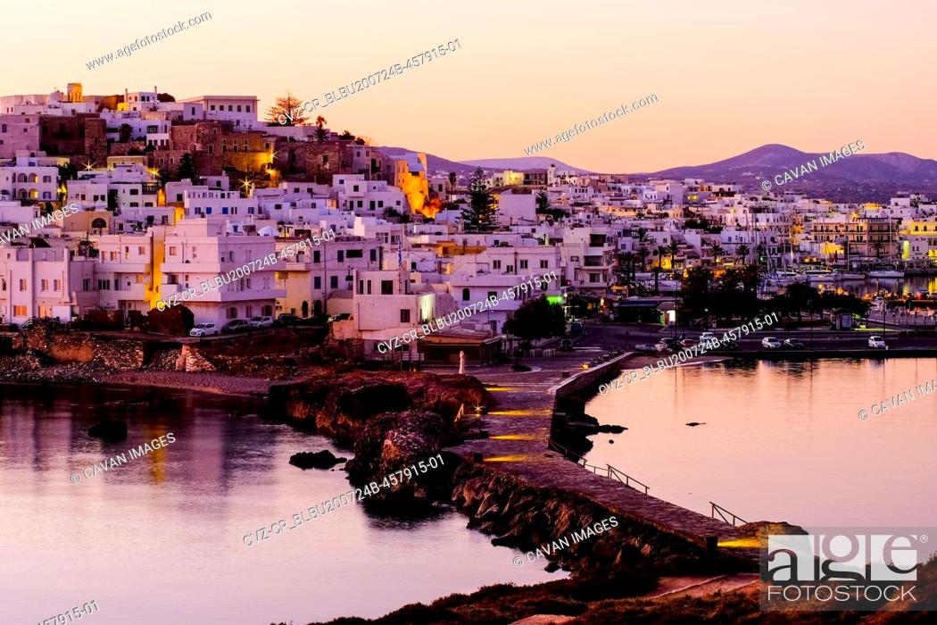 Imagen: Sunrise looking over the ancient chora on the Greek island of Naxos.
