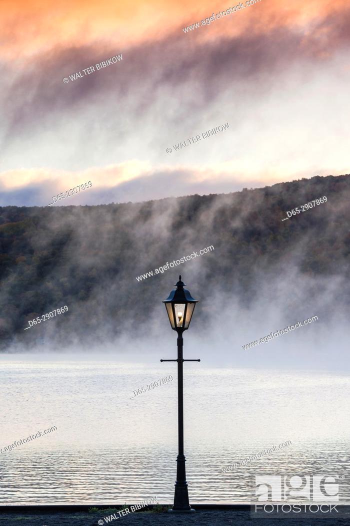 Stock Photo: USA, New York, Finger Lakes Region, Hammondsport, Keuka Lake, autumn and lightpost.