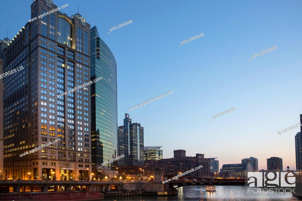 Imagen: 225 and 333 West Wacker drive buildings and Chicago river at night.