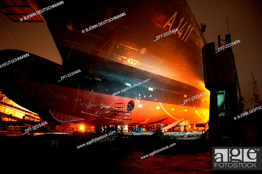 Photo de stock: The Supply ship Berlin from the German Navy laying in a dock.