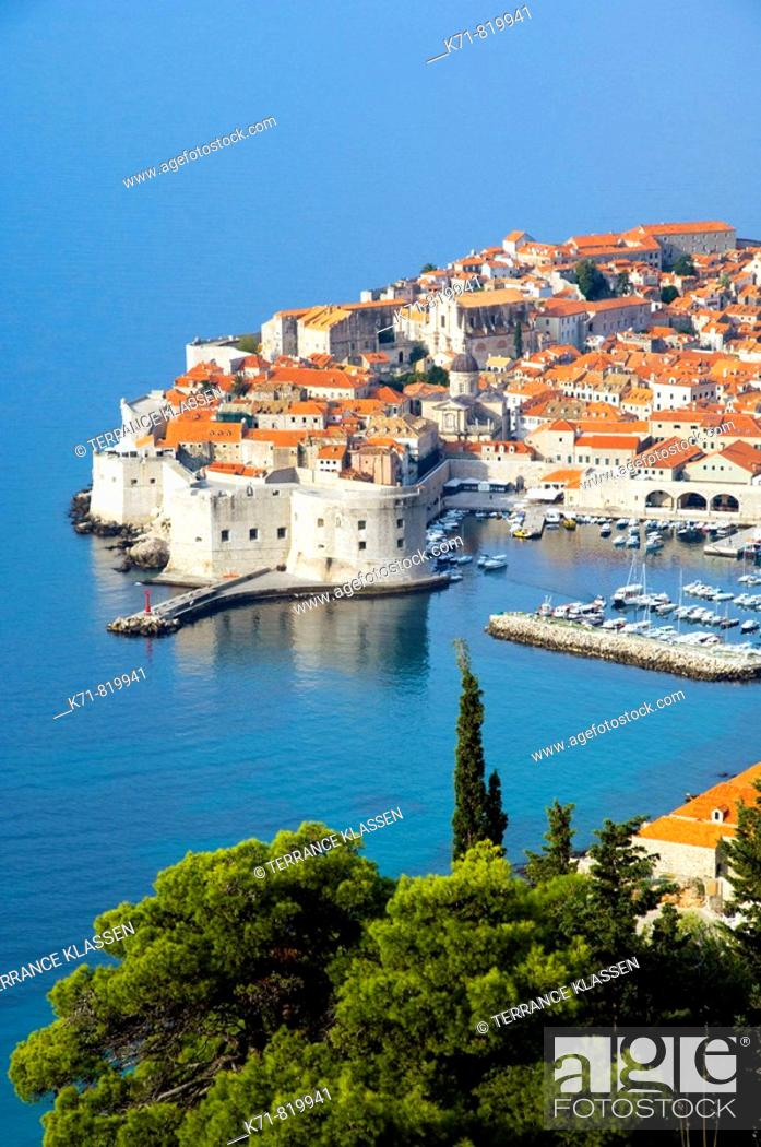Stock Photo: Views of the old city of Dubrovnik from an elevation position.