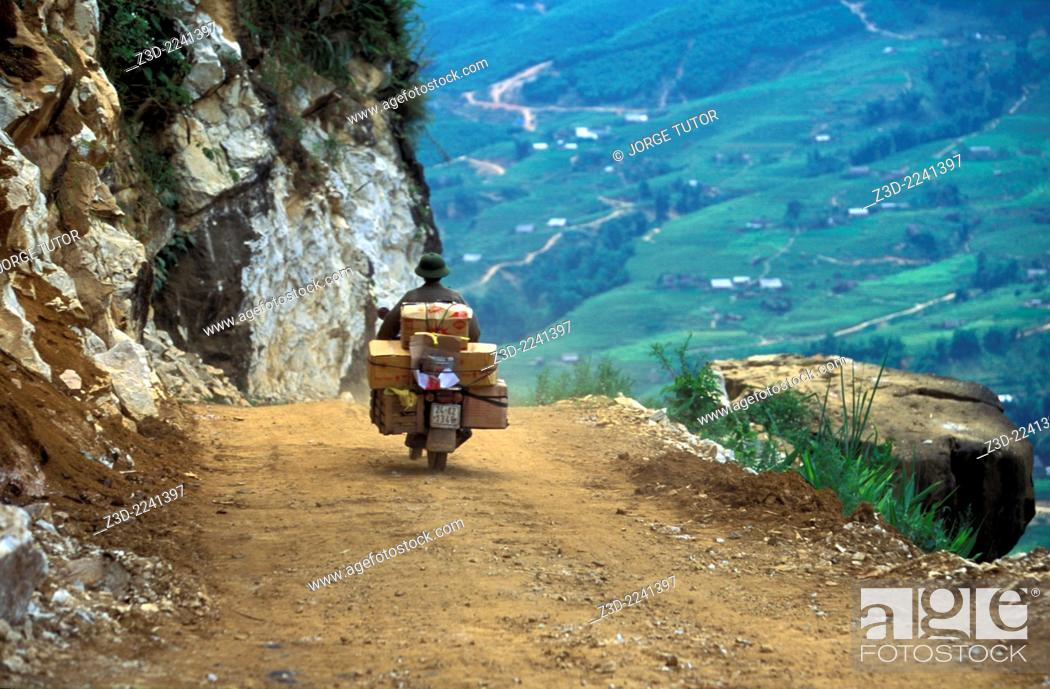 Imagen: Motorbiker full of parcels in an unpaved Sapa to Ta Van road Vietnam.