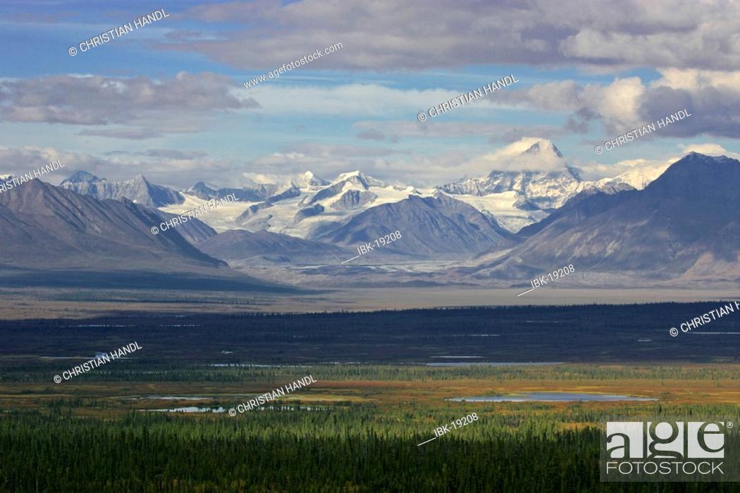 Photo de stock: Mountains of the Alaska range viewed from the Denali Highway Alaska USA.