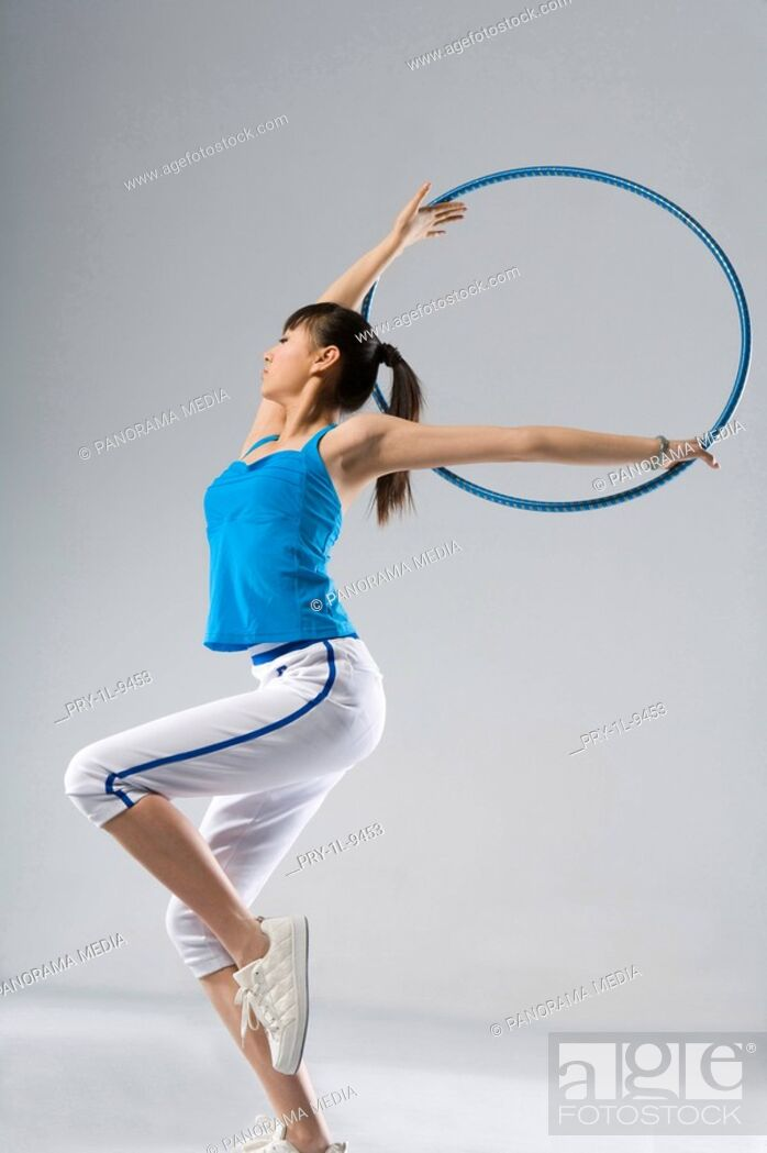 Imagen: fashion eurythmics, hoop exercise.