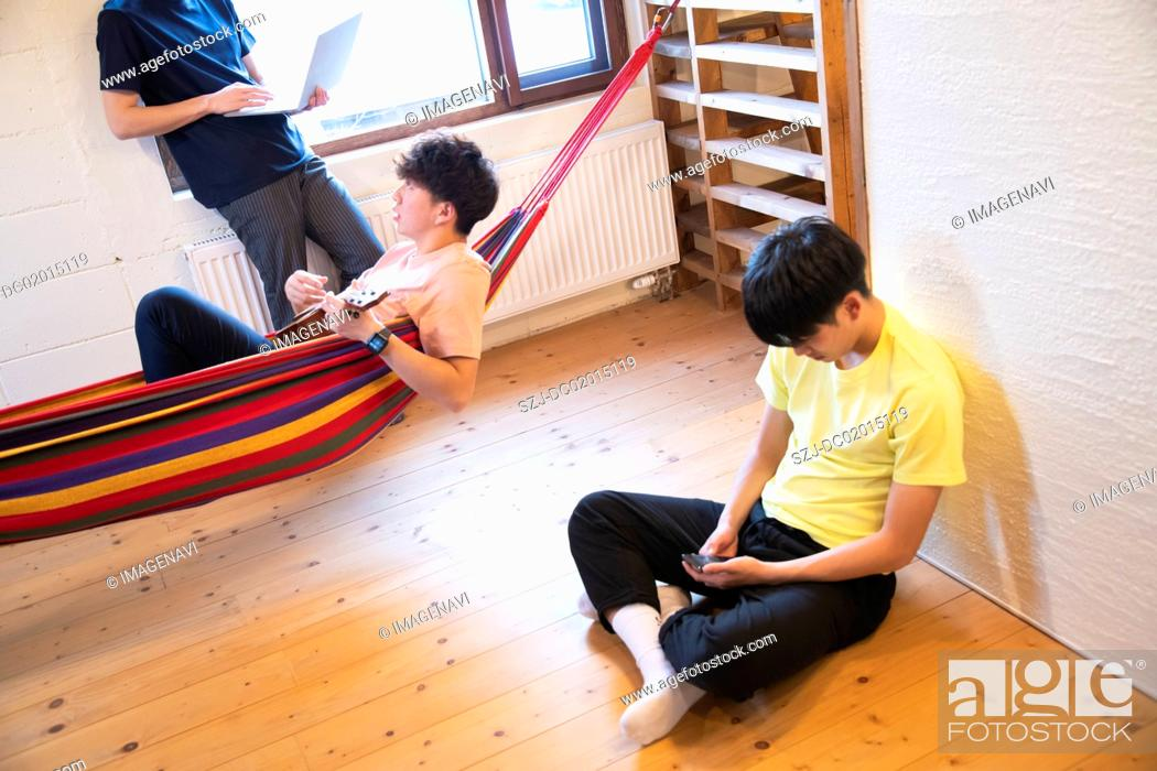 Imagen: Young people relaxing in vacation rental.