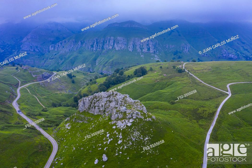 Imagen: Aerial view from a drone from Alto del Caracol. Between the Miera Valley and the Pisueña Valley. In the background the Miera Valley.
