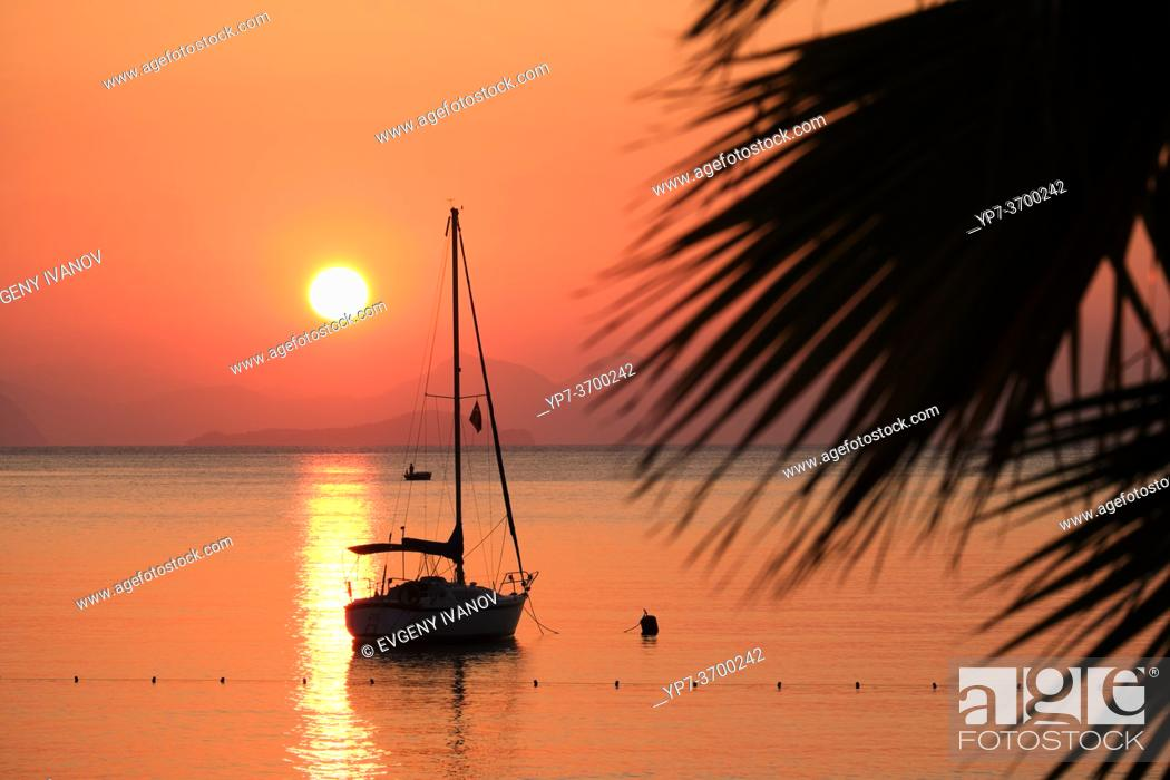 Imagen: Sunrise over Turkey beach, Turunc near Marmaris.