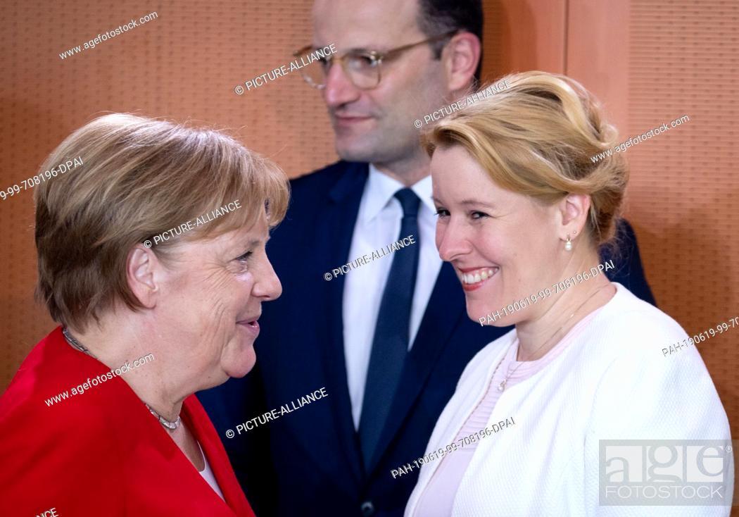 Imagen: 19 June 2019, Berlin: Federal Chancellor Angela Merkel (CDU, l-r), Jens Spahn (CDU), Federal Minister of Health, and Franziska Giffey (SPD).