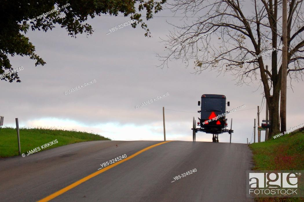 Imagen: An Amish buggy crests a hill on the road ion central Pennsylvania.