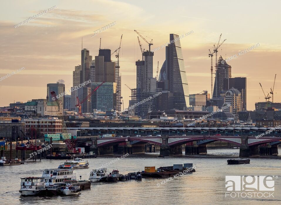 Imagen: View over River Thames towards City of London at sunrise, London, England, United Kingdom.