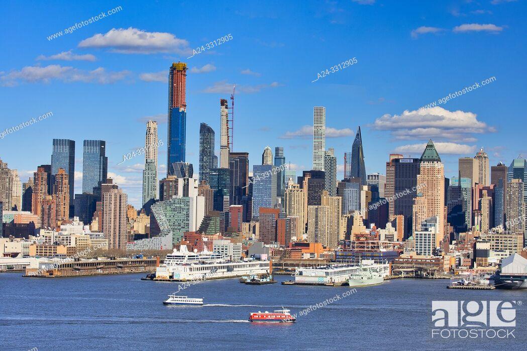 Stock Photo: USA, New York City, Manhattan, Midtown Manhattan Skyline.