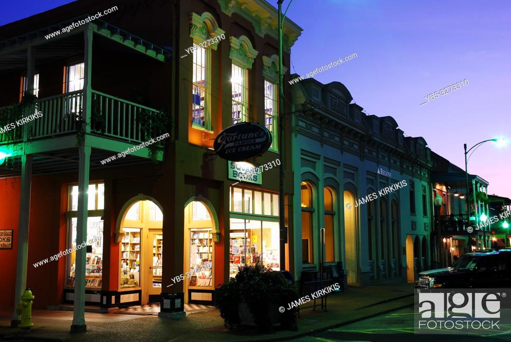 Imagen: Square Books, in Oxford, Mississippi, glows on the townâ. . s square.