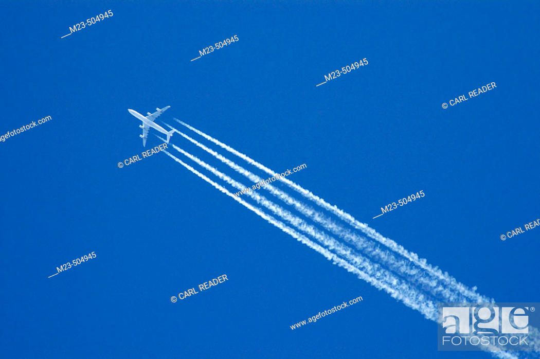 Imagen: A passenger jet leaves contrails on its way across the sky .(USA).