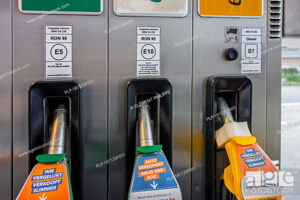 Imagen: Color-coded gas pump nozzles and new EU fuel identification labels for gasoline E5 / E10 and diesel B7 at petrol station in Belgium, Europe.
