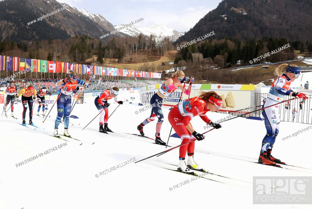 Imagen: 04 March 2021, Bavaria, Oberstdorf: Nordic skiing: World Championships, cross-country, relay 4 x 5 km, women. Jonna Sundling (r-l) from Sweden skis ahead of.