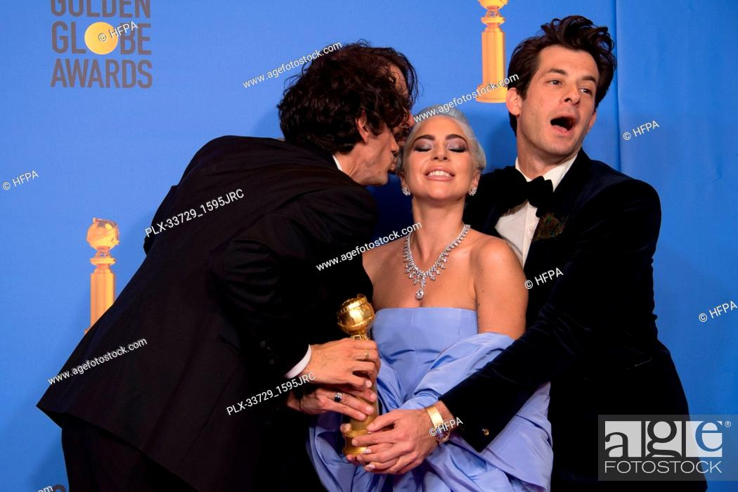 """Imagen: After winning the category of BEST ORIGINAL SONG – MOTION PICTURE for """"""""Shallow"""""""" from """"A Star Is Born"""", Anthony Rossomando, Andrew Wyatt, Lady Gaga."""