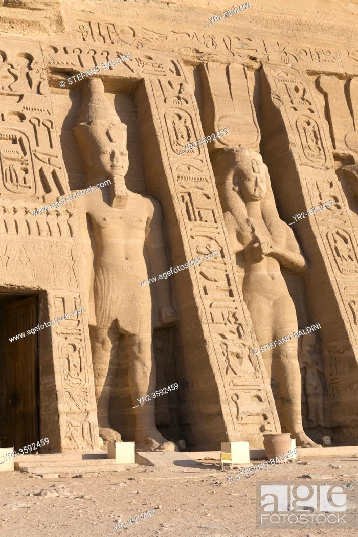 Imagen: Colossal statues at Hathor temple of queen Nefertari, Abu Simbel, Egypt.