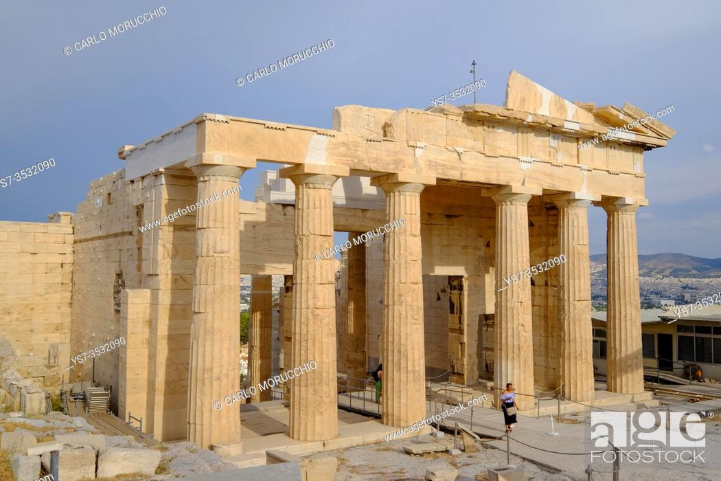 Imagen: The Propylaea, the monumental gateway to the Acropolis of Athens, Greece, Europe.