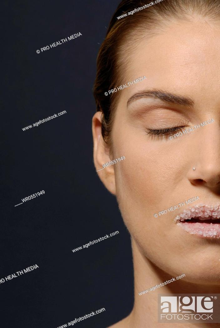Imagen: Natural cosmetics : salt - face of a young woman.