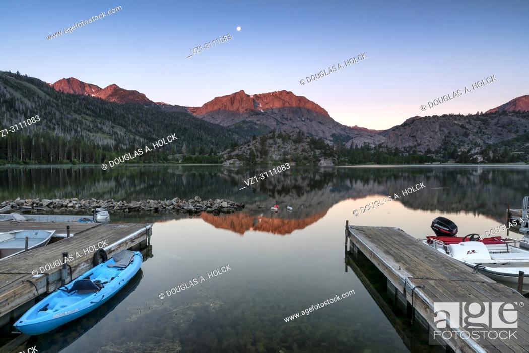 Imagen: Alpenglow sunrise on Caron Peak and reflections on beautiful Gull Lake, in the Eastern Sierra Mountains, California, USA.