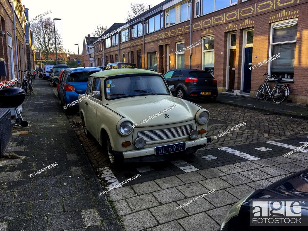 Imagen: Dordrecht, Netherlands. A 1971 build East-German Trabant parked in a residential street, just prior to a daytrip. Driving vintage old timers is, for some people.