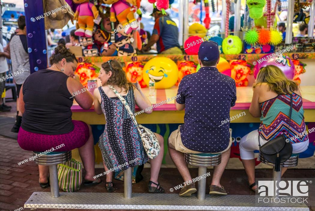 Photo de stock: USA, New England, Massachusetts, Cape Ann, Gloucester, Saint Peters Fiesta, Traditional Italian Fishing Community Festival, carnival, water gun fun game, NR.