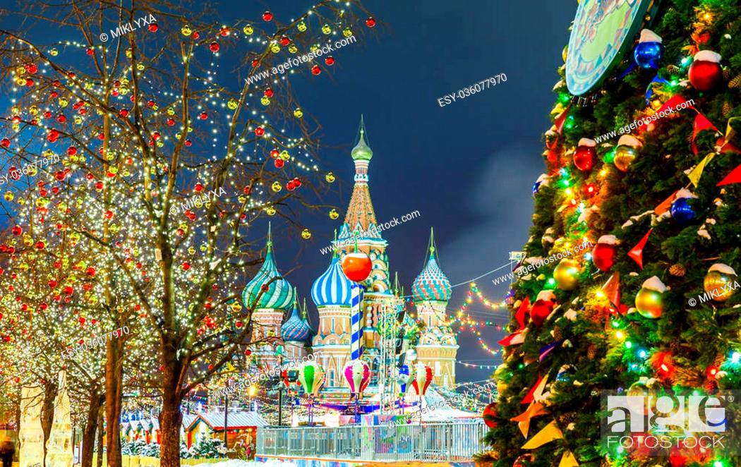 Photo de stock: Decorations for New Year and holidays. Christmas balls on tree branches near to St. Basil's Cathedral on Red square in Moscow.