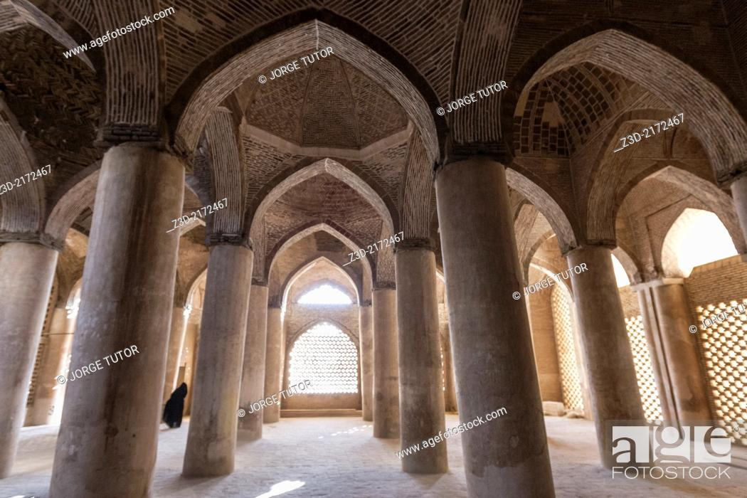 Imagen: Interior passage of the Jameh Mosque of Isfahan, Iran.