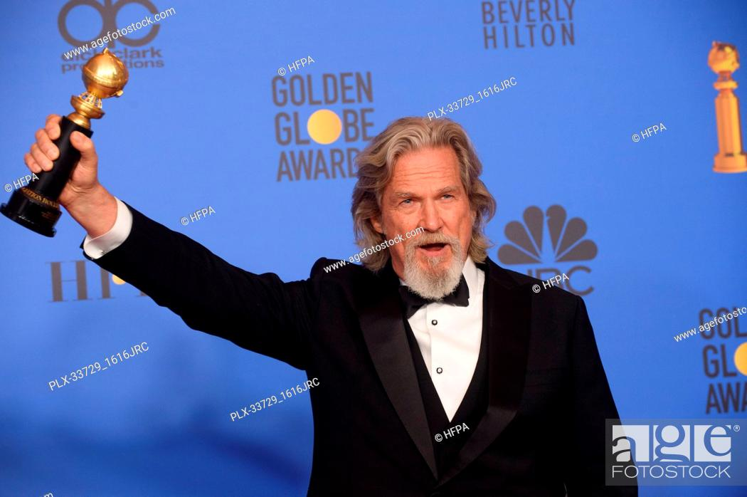 """Imagen: Jeff Bridges poses backstage with the Cecil B. DeMille Award for his """"outstanding contribution to the entertainment field"""" at the 76th Annual Golden Globe."""