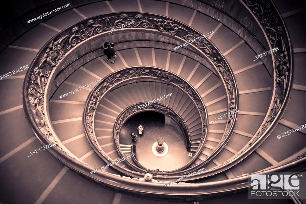 Imagen: Spiral staircase by Giuseppe Momo leading to main floor of Vatican Museum, Rome, Italy.