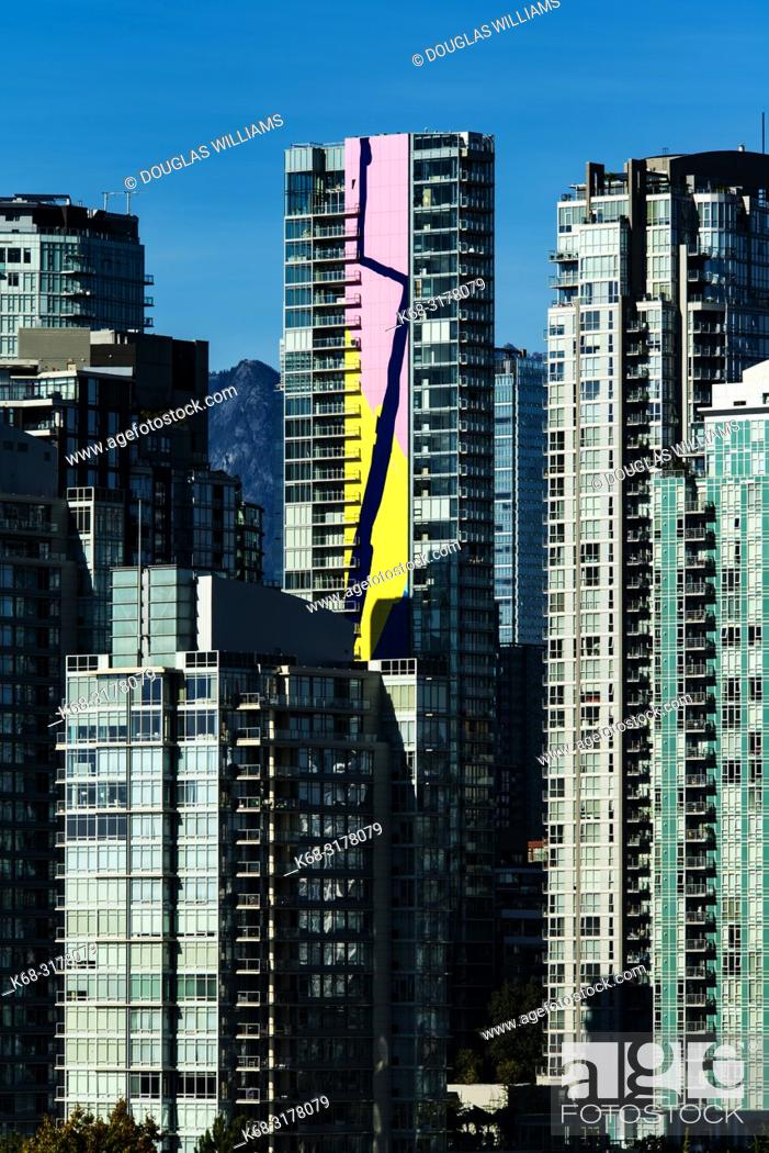 Imagen: downtown apartment buildings, Vancouver, BC, Canada including the Charleson tower with the Finger Paint mural by artist Elizabeth McIntosh.