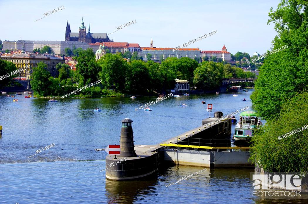 Imagen: The Vultava River, Prague, on a Sunday afernoon.