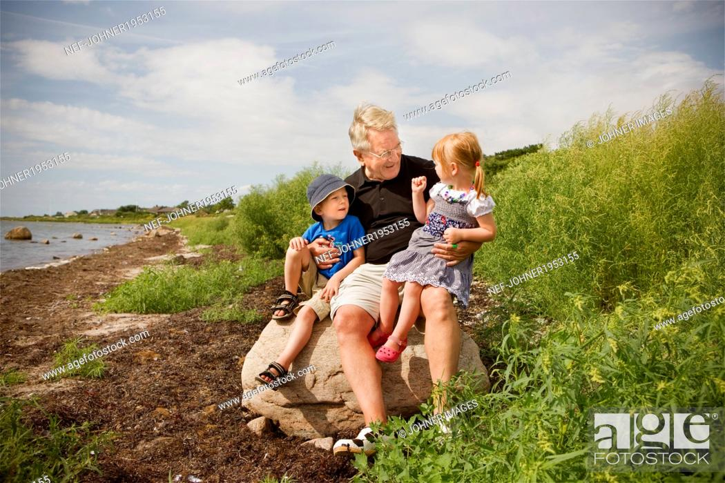 Imagen: Grandfather with grandchildren, Sweden.