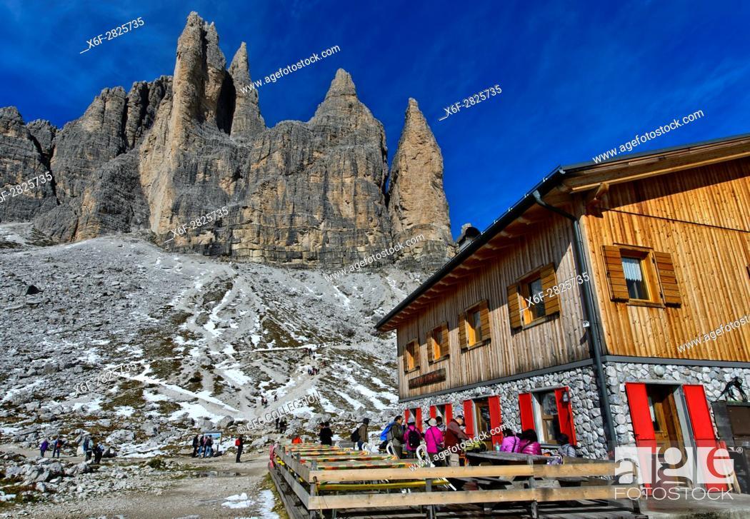 Stock Photo: Berghütte Rifugio Lavaredo, Lavaredohütte, am Fuss der Drei Zinnen, Sextner Dolomiten, Südtirol, Trentino-Alto Adige, Italien / Mountain hut Rifugio Lavaredo at.