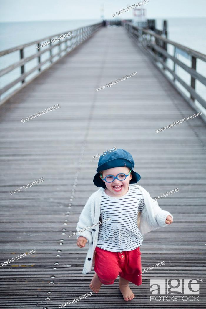 Imagen: 2 years old boy in a dock at the beach.